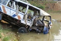 سقوط اتوبوس دانشآموزان به داخل کانال آب