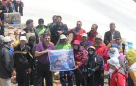کارکنان صنعت آب و برق به قله خشچال در الموت قزوین صعود کردند